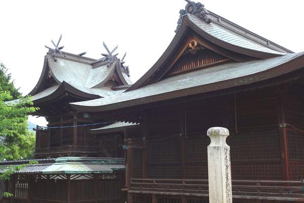 賀茂神社の本殿の写真。